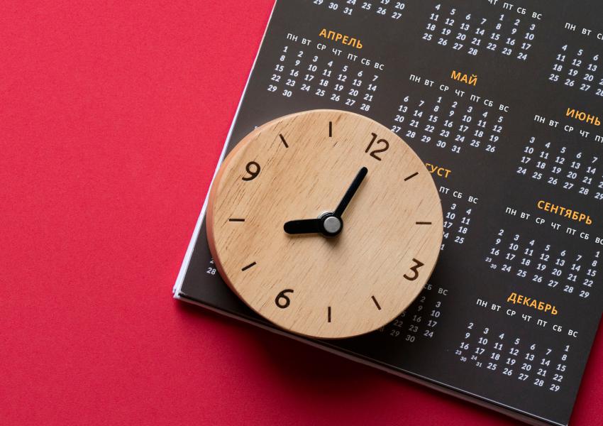 """Календарь и часы демонстрируют преимущества услуги """"Автоплатеж"""" от """"СевСтар"""". Это удобно, просто и экономит время."""