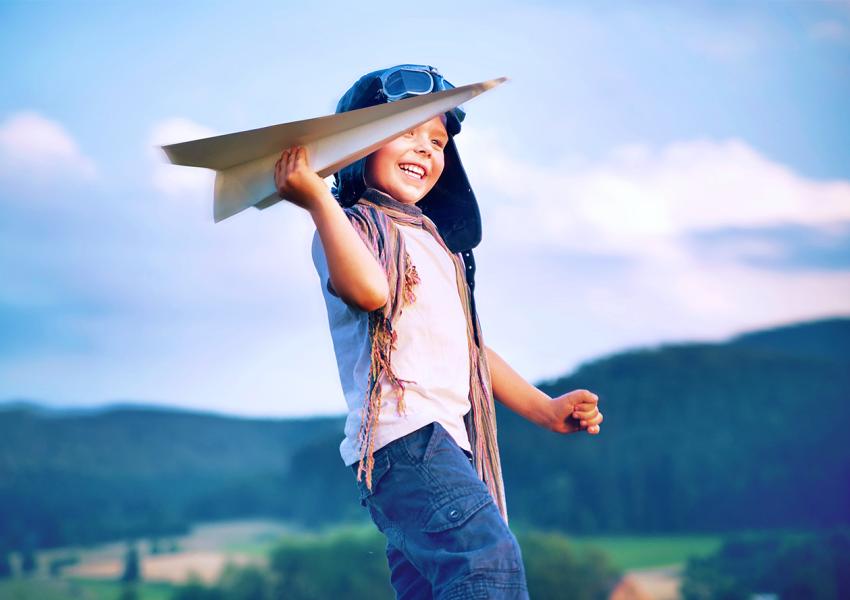 """Мальчик запускает бумажный самолетик. """"СевСтар"""" запускает """"Тест-драйв высокоскоростного интернета"""""""